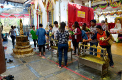 Ludzie modli się Luang Pho Wat Raja Khing są statuą Buddha przy Obraz Stock