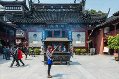 Ludzie modli się miasto bóg Chenghuang Miao Shanghai świątynną porcelanę Zdjęcia Royalty Free