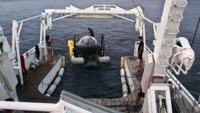 Ludzie na łodzi podwodnej w głębokiego morza podwodnym oddawaniu wysyłać Pacyficznego ocean zbiory