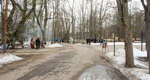 Ludzie na ścieżce między drzewami Fotografia Stock
