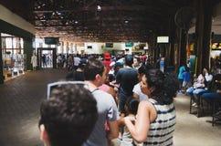 Ludzie na abordażu pasie ruchu Cataratas Obraz Royalty Free