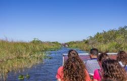 Ludzie na airboat w błotach, Floryda zdjęcie stock