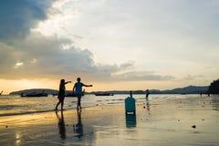 Ludzie na Ao Nang wyrzucać na brzeg przy zmierzchem Zdjęcia Stock