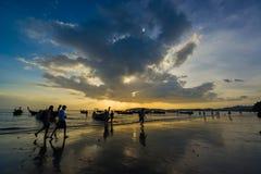 Ludzie na Ao Nang wyrzucać na brzeg przy zmierzchem Obrazy Royalty Free