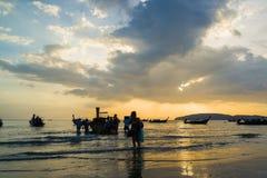 Ludzie na Ao Nang wyrzucać na brzeg przy zmierzchem Obraz Stock