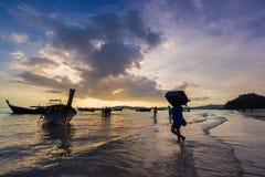Ludzie na Ao Nang wyrzucać na brzeg przy zmierzchem Fotografia Royalty Free