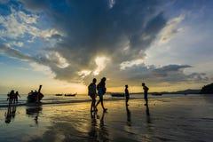 Ludzie na Ao Nang wyrzucać na brzeg przy zmierzchem Obraz Royalty Free