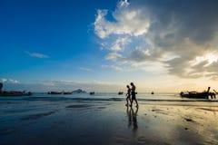 Ludzie na Ao Nang wyrzucać na brzeg przy zmierzchem Zdjęcie Royalty Free