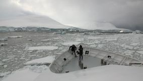 Ludzie na badawczym wyprawa statku unoszą się w lodowych górach lodowa Antarctica ocean zdjęcie wideo