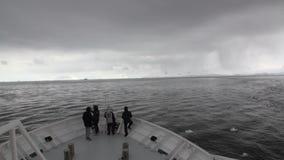 Ludzie na badawczym wyprawa statku unoszą się w lodzie Antarctica ocean zbiory wideo