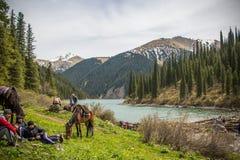 Ludzie na brzeg Jeziorny Kolsay, Kazachstan Zdjęcia Royalty Free