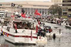 Ludzie na brzeg linii Tampa łodzie w wodzie i convention center z widokiem miasto przy pirata najazdem podczas obraz royalty free