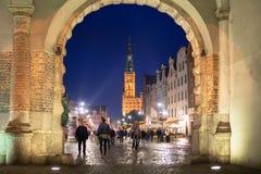 Ludzie na Długim pasie ruchu stary miasteczko w Gdańskim przy nocą Zdjęcie Stock