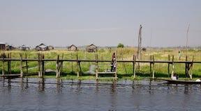Ludzie na drewnianym moscie przy Inle jeziorem, Myanmar Zdjęcia Royalty Free