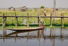 Ludzie na drewnianym moscie przy Inle jeziorem, Myanmar Zdjęcie Stock