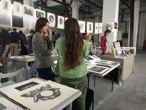 Ludzie na dzisiejsza ustawa druku wystawie, Kijów, Ukraina Obraz Stock