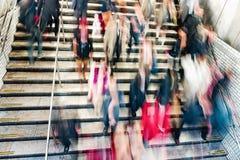 Ludzie na eskalatorach w staci metru Zdjęcia Royalty Free