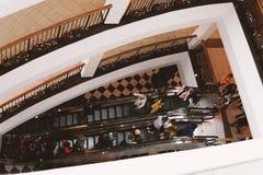 Ludzie na eskalatorze w centrum handlowym zdjęcia stock