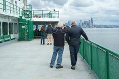 Ludzie na ferryboat zbliża się Seattle, Waszyngton, usa Zdjęcie Royalty Free