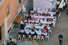 Ludzie na godach w historycznym centrum Spilamberto, Włochy Fotografia Stock