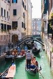 Ludzie na gondolach w kanałowym Rio Rio De L ` alboro Zdjęcie Royalty Free