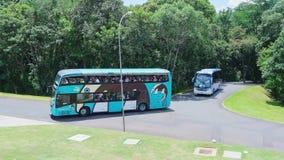 Ludzie na hybrydowym autobusie iść Cataratas robią Iguacu Obraz Royalty Free