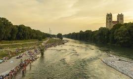 Ludzie na Isar rzece, Monachium, Niemcy Zdjęcia Stock
