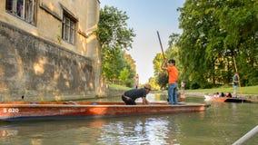 Ludzie na kanałach Cambridge, Anglia, Zjednoczone Królestwo obrazy royalty free