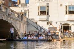 Ludzie na kanałach Cambridge, Anglia, Zjednoczone Królestwo zdjęcie royalty free
