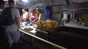 Ludzie na karmowym s?dzie przy centre Budapest zbiory wideo