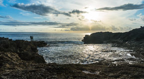 Ludzie na krawędzi skały blisko morza Fotografia Royalty Free