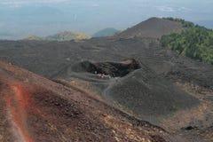 Ludzie na krawędzi krateru Obraz Royalty Free
