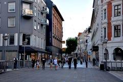 Ludzie na moscie w Aarhus mieście Zdjęcie Stock