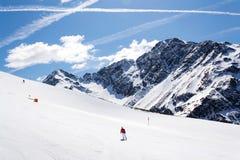 Ludzie na narcie, śnieżne góry, St Jakob, Defereggen dolina, Austria Fotografia Stock
