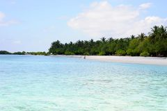 Ludzie na plaży przy raj wyspą, Maldives Marzec 2012 Zdjęcie Stock