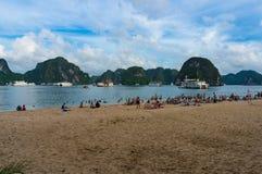 Ludzie na plaży w brzęczeniach Tęsk zatoka, Wietnam Zdjęcie Stock