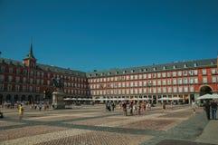 Ludzie na placu Mayor z starym wielkim budynkiem w Madryt obrazy royalty free