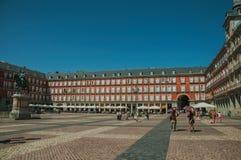 Ludzie na placu Mayor z starym wielkim budynkiem w Madryt fotografia royalty free