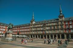 Ludzie na placu Mayor z starym wielkim budynkiem w Madryt obrazy stock