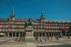 Ludzie na placu Mayor z starym wielkim budynkiem w Madryt obraz royalty free
