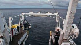 Ludzie na podwodnym głębokiego morza podwodnym oddawaniu wysyłać Pacyficznego ocean zbiory