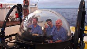 Ludzie na podwodnym podwodnym oddawaniu wysyłać Pacyficznego ocean zbiory wideo