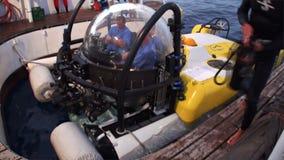 Ludzie na podwodnym podwodnym oddawaniu wysyłać Pacyficznego ocean zbiory