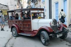 Ludzie na pokładzie oldtimer taxi Fotografia Stock