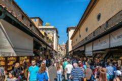 Ludzie na Ponte Vecchio mo?cie w Florencja, W?ochy obraz stock