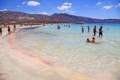 Ludzie na różowej piasek plaży sławny Elafonisi lub Elafonissi, C Zdjęcie Royalty Free