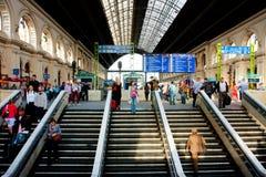 Ludzie na schodkach w budynku stacja kolejowa zdjęcia stock