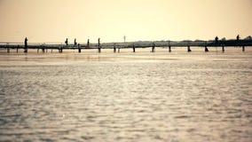 Ludzie na starym pfootbridge nad rzeką zbiory
