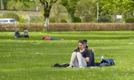 Ludzie na trawie Obraz Royalty Free