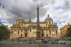 Ludzie na ulicie blisko kościół Santa Maria Maggiore wewnątrz Zdjęcia Royalty Free